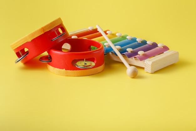 Buntes baby-xylophon mit stock