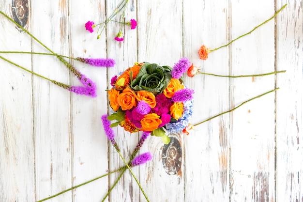 Buntes blumenarrangement mit hortensien und rosen