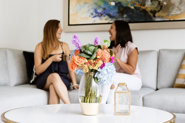 Buntes blumengesteck mit hortensien und rosen