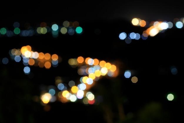Buntes bokeh vom verwischen der stadt beleuchtet nachts.