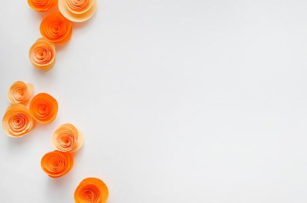 Buntes büttenpapier blüht auf hellfarbigem hintergrund für einladung und hochzeit