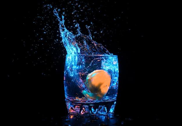 Buntes cocktail mit zitronenscheibe