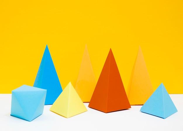Buntes dreieckspapier auf schreibtisch gesetzt