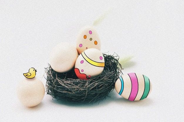 Buntes ei und ein nest