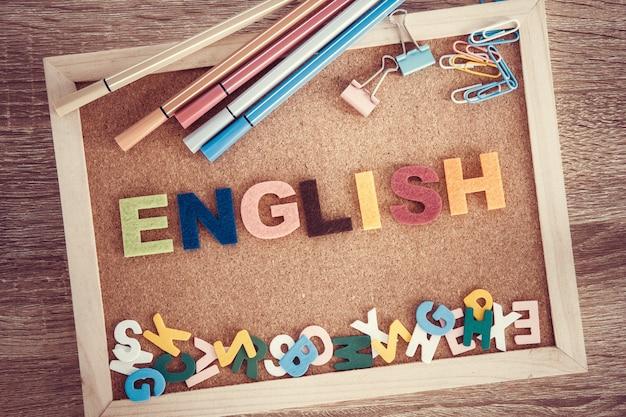 Buntes englisches wortalphabet auf einer pinnwand, lernkonzept der englischen sprache