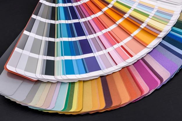 Buntes farbfeld in streifen schließen auf dunkelheit