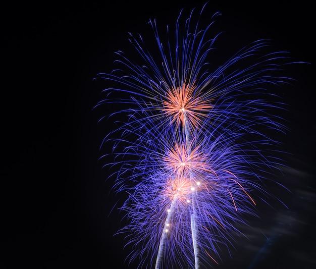 Buntes feuerwerk am nachthimmel