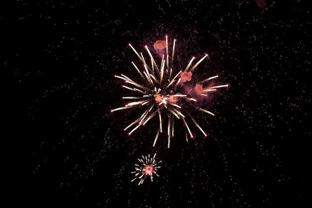 Buntes feuerwerk am schwarzen himmel. unabhängigkeitstag 4. juli.