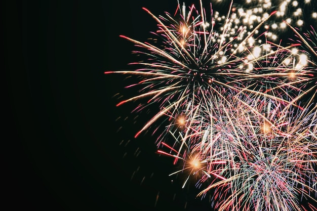 Buntes feuerwerk, feuerwerksfest im neujahrskonzept.