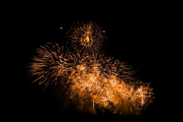 Buntes feuerwerk in der nacht