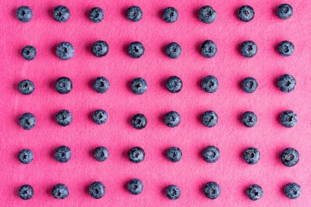 Buntes fruchtmuster von blaubeeren. ansicht von oben. flach liegen