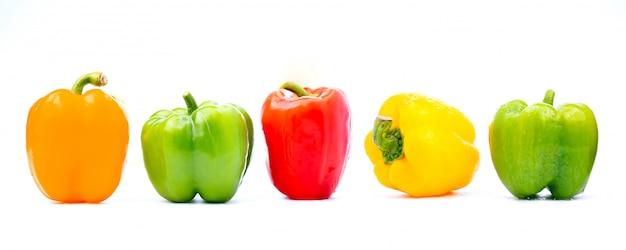 Buntes gemüse, gelb, grün und rot, paprika lokalisiert auf weißem hintergrund