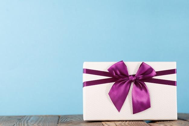 Buntes geschenk auf blau