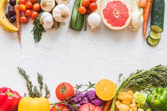 Buntes gesundes und ungesundes Lebensmittel auf weißem strukturiertem Hintergrund