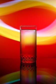 Buntes glas coctail auf rotem und gelbem streifen