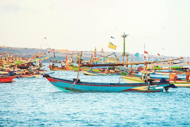 Buntes handgefertigtes hölzernes fischerboot des balinese am hafen in jimbaran-strand, bali