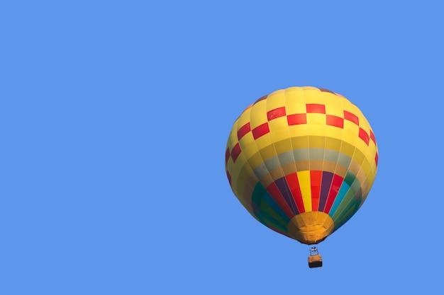 Buntes heißluftballonisolat auf hintergrund des blauen himmels