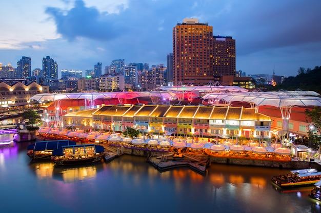 Buntes helles gebäude nachts in clarke quay, singapur.