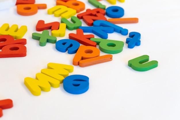 Buntes hölzernes alphabet auf weißem hintergrund. kinder spielen für die bildung.