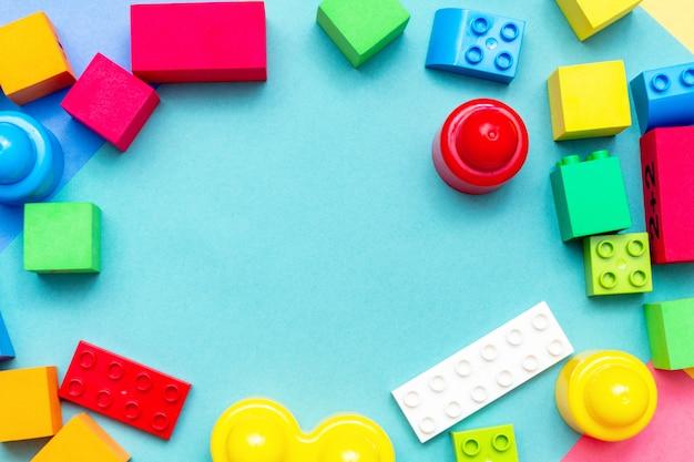 Buntes kinderkinderbildungsspielzeugmuster. kinderkind-baby-baby-konzept.