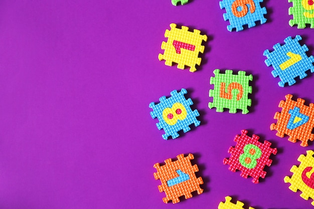 Buntes kinderspielzeug auf lila hintergrund
