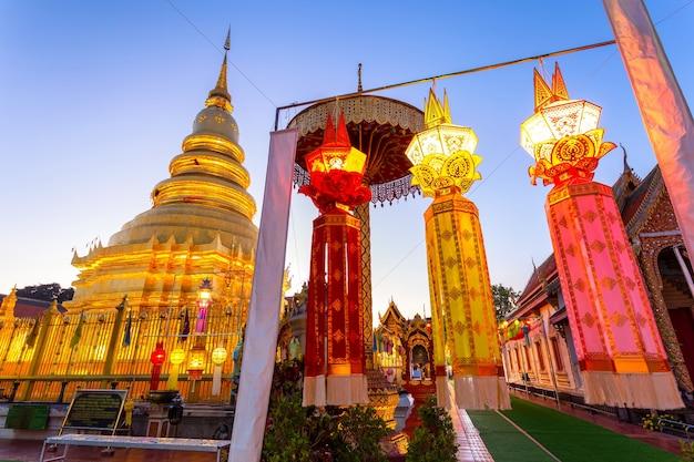 Buntes lampenfest und laterne in loi krathong im wat phra that hariphunchai