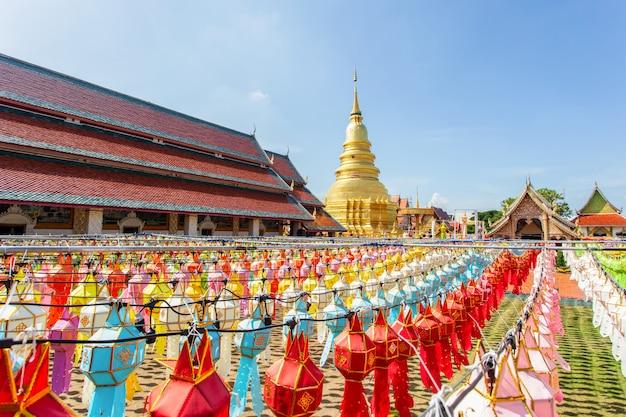 Buntes lampenfestival und laterne in loi krathong bei wat phra that hariphunchai, lamphun-provinz, thailand