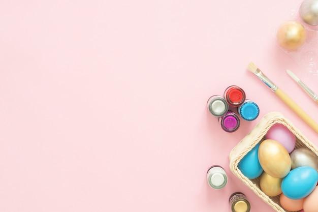 Buntes osterei gemalt im pastell färbt zusammensetzung mit pinsel