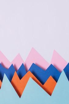 Buntes papier der ansicht oben auf lila hintergrund