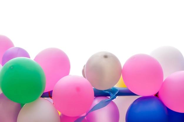 Buntes partyballonisolat auf weißem hintergrund