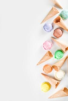 Buntes pastelleis mit waffeltüten