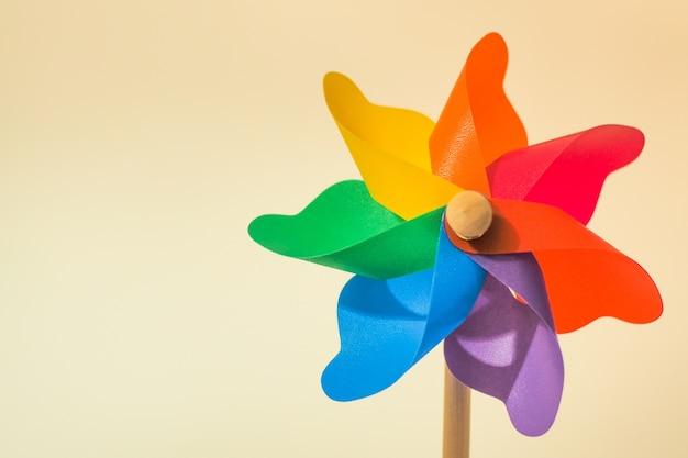 Buntes pinwheel toy auf weißem hintergrund