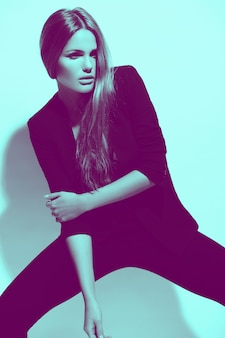 Buntes porträt des blickes der hohen mode des schönen sexy stilvollen kaukasischen modells der jungen frau im schwarzen stoff