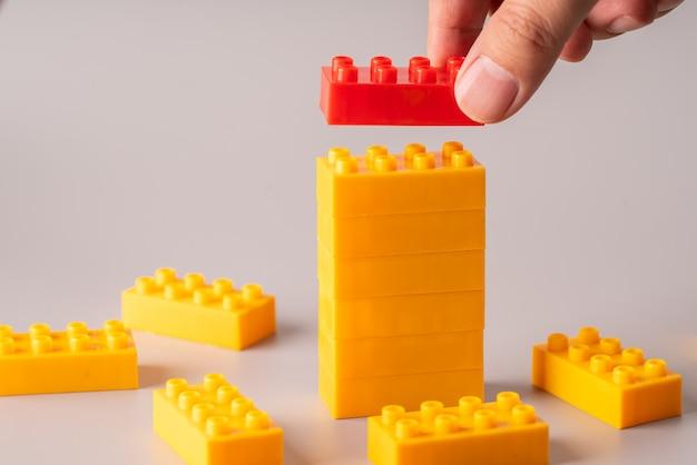Buntes puzzlespielzeug für geschäfts- und bildungskonzept