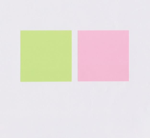 Buntes quadratisches notizpapier auf weißem papier