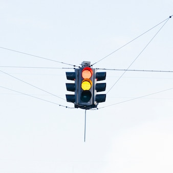 Buntes semaphor auf straßenkreuzung