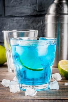 Buntes sommergetränk, gefrorenes blaues lagunenalkohol-cocktailgetränk mit kalk und minze