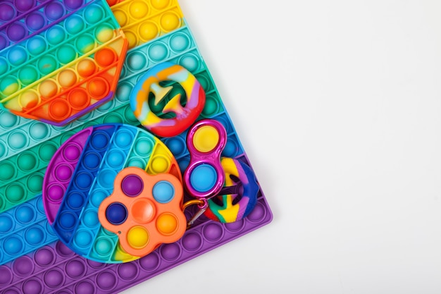 Buntes spielzeug aus kunststoff gummi und silikon spinner einfaches grübchen pop it und snapperz spielzeug