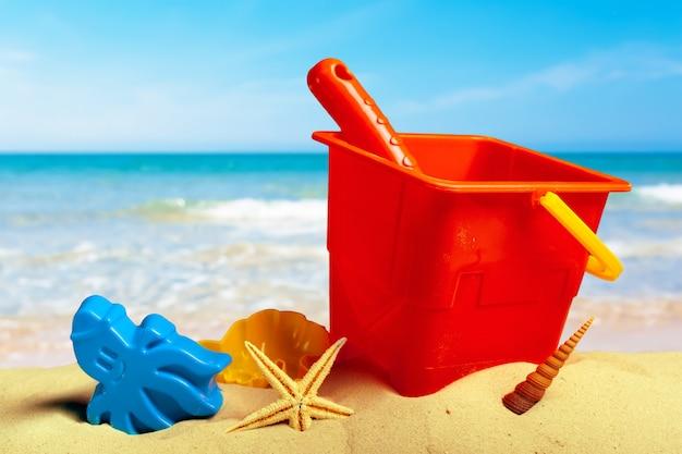 Buntes strandspielzeug auf sand