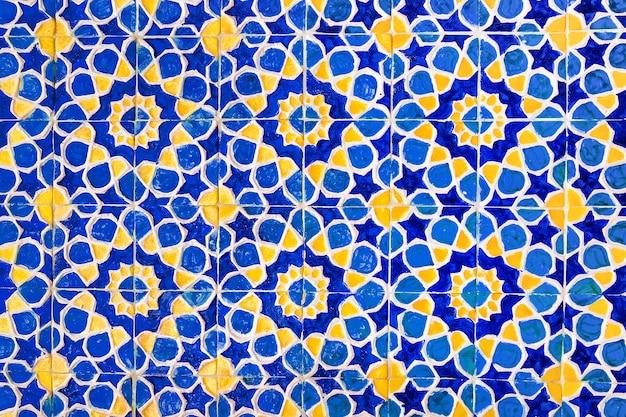 Buntes traditionelles usbekisches muster auf der keramikfliese an der wand der moschee, hintergrund