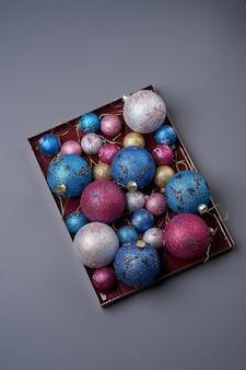 Buntes weihnachtsbaumspielzeug. frohes neues jahr oder weihnachtshintergrund mit bunten kugeln, nahaufnahme. weihnachtsballspielzeug