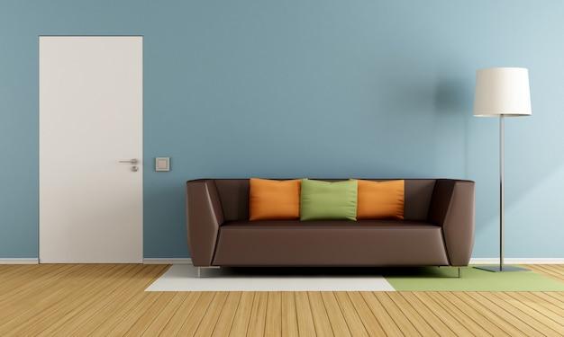 Buntes wohnzimmer mit moderner couch und geschlossener tür