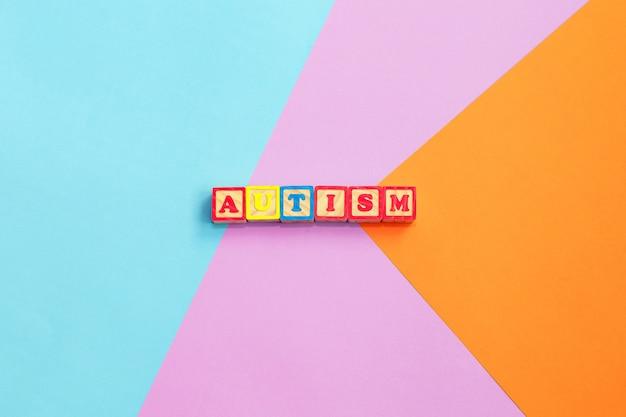 Buntes wort des autismus von den farbhölzernen buchstaben