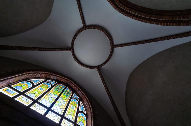 Buntglasfenster in der alten kathedrale oder in der kirche.