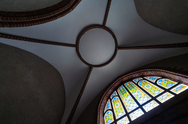 Buntglasfenster in der alten kathedrale