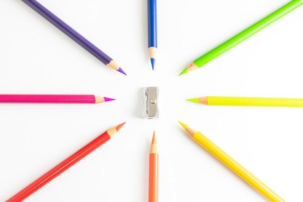 Buntstifte bilden einen kreis mit einem anspitzer in der mitte