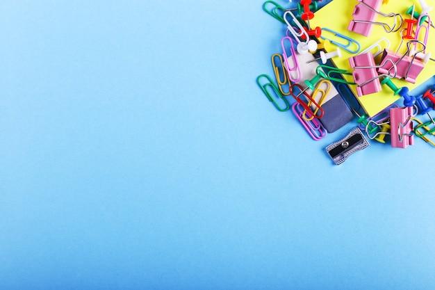 Buntstifte, büroklammern und stifte, schulmaterial