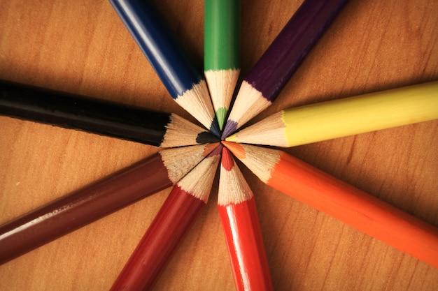 Buntstifte im kreis auf holztisch