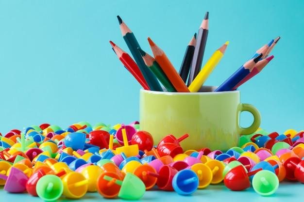 Buntstifte in farbe mit kleiner tasse
