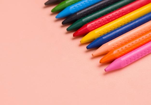 Buntstifte in verschiedenen farben. zeichnungskonzept